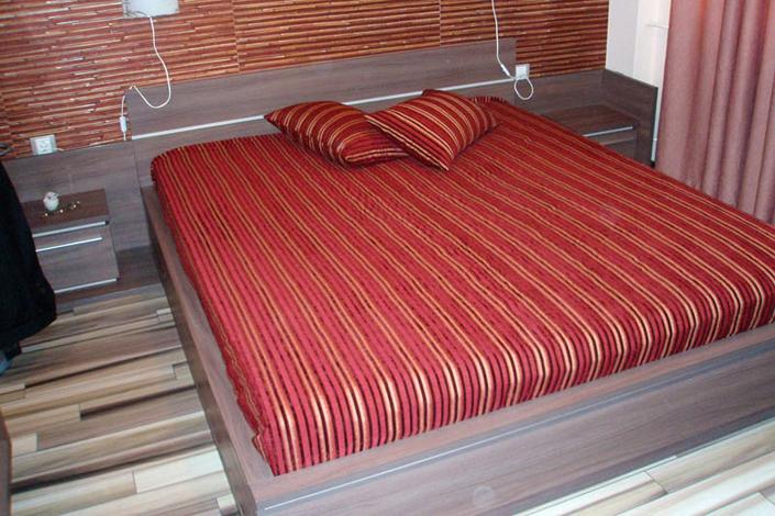 Спалня по проект с висока рамка и нощни шкафчета