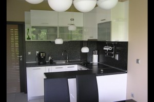 Обзавеждане за кухня в бяло и черно
