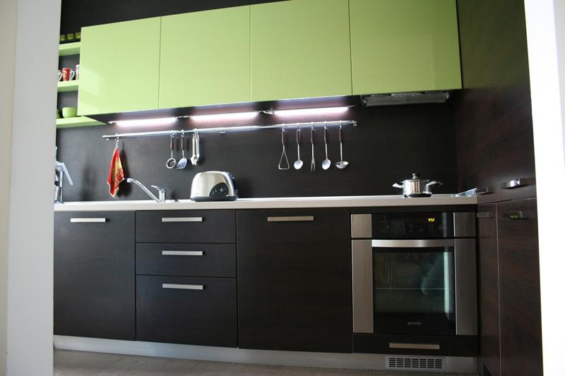 Кухня по поръчка в зелено и венге