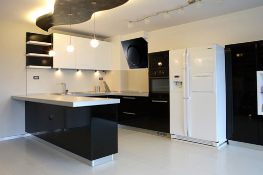 Мебели за кухня в бяло и черно по поръчка