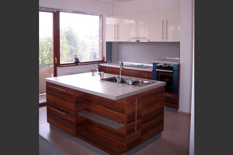 Кухня по проект с кухненски остров и бар плот
