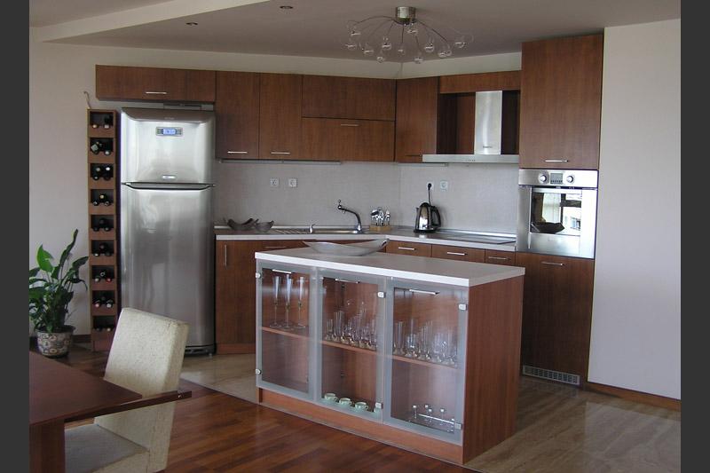 Кухня по поръчка с островна витрина