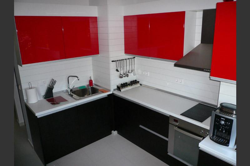 Кухня по проект в цвят венге и червен гланц
