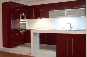 Кухня в червен гланц и барплот