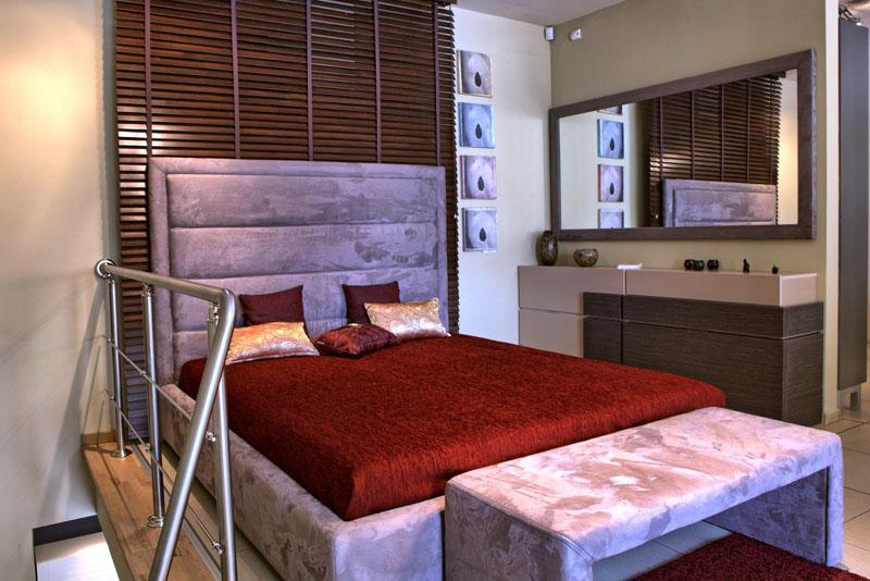 Спалня с тапицерия и висока табла
