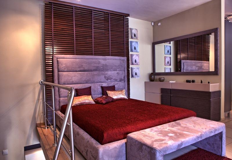 Спалня с висока тапла и рамка с тапицерия