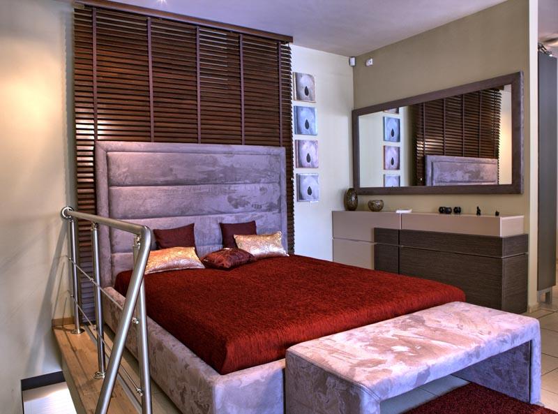 Обзавеждане за спалня с легло, тоалетка и табуретка