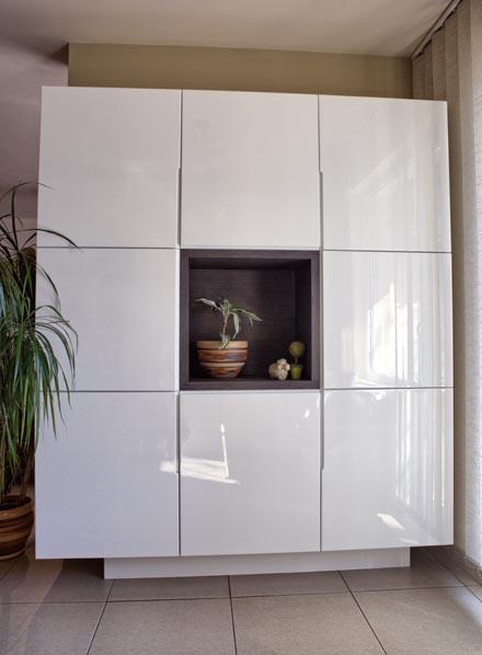 Секционен шкаф в бяла гланц