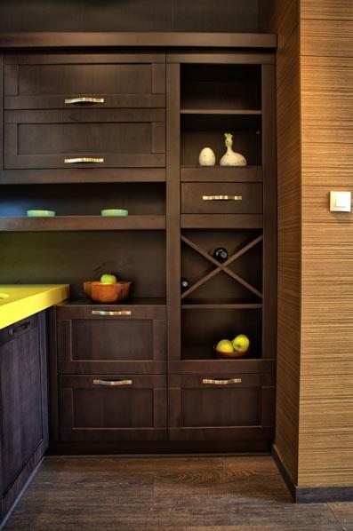 Кухня с класически дизайн със шкаф за вино
