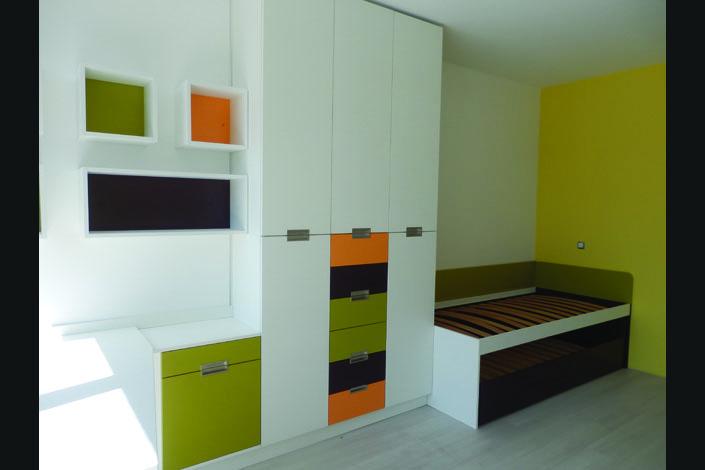 Обзавеждане за юношеска стая - легло, гардероб и секции в бяло, жълто и зелено