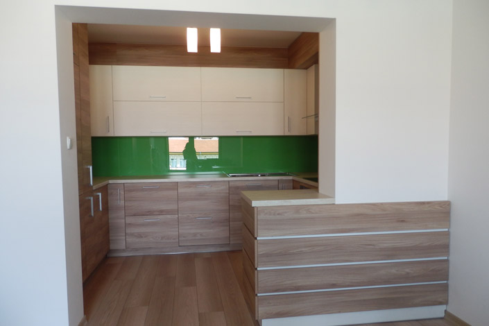 Кухня с барплот и стъклен гръб по индивидуален проект