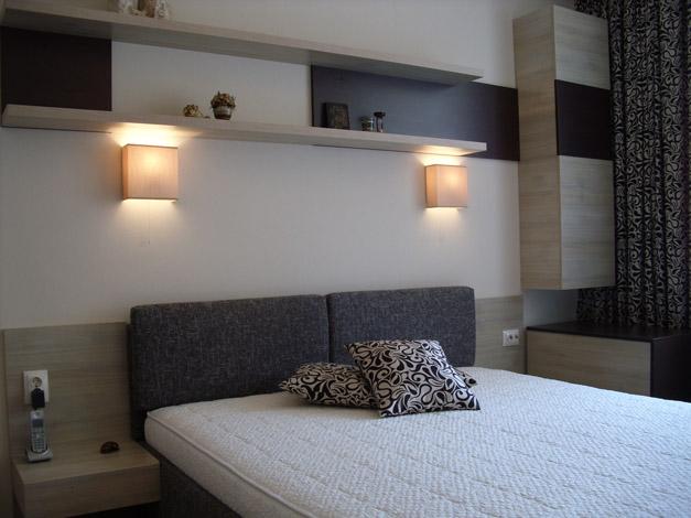 Спалня с матрак с табла с мека тапицерия