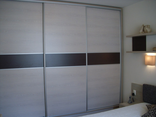 Гардероб по индивидуален проект с плъзгащи се врати с алуминиеви рамки - за спалня