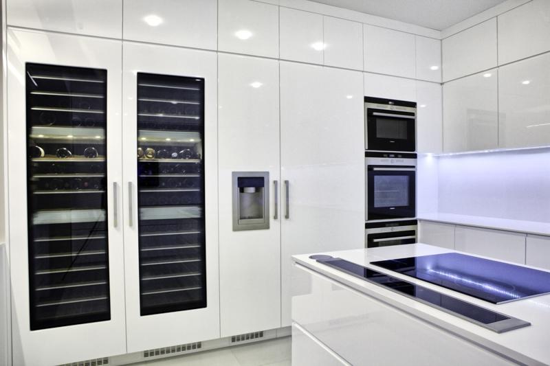 кухня по поръчка с хладилна витрина