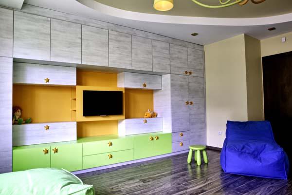 секция за детска стая в зелено и оранжево