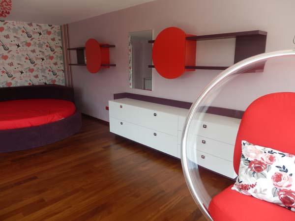 мебели за спалня в бяло и червено