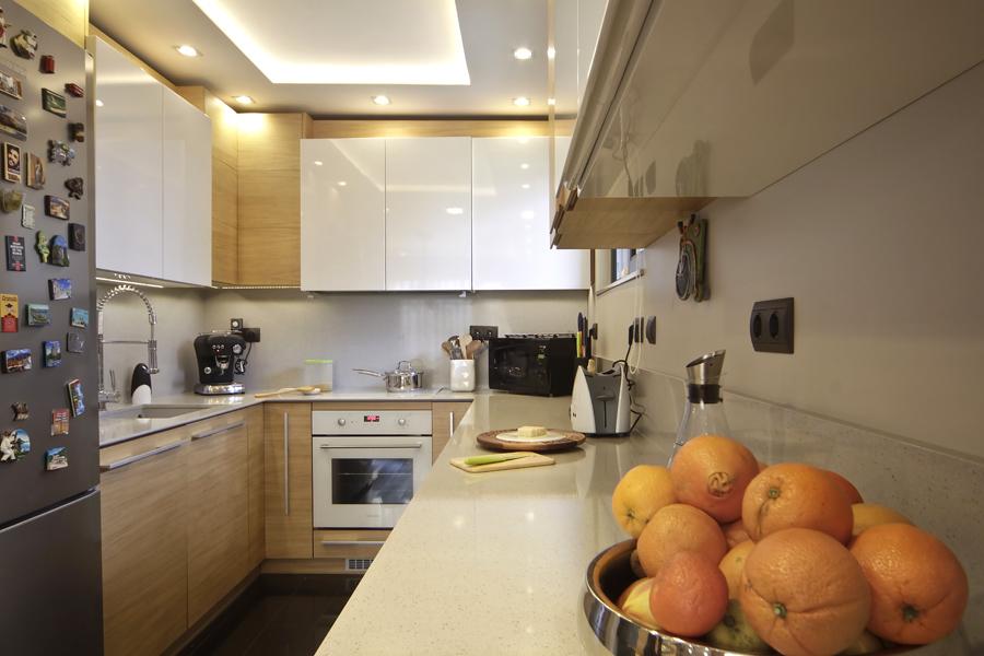 Кухня по поръчка в бяло и дъбов фурнир