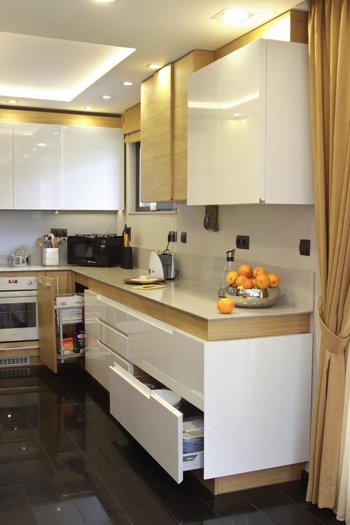 Кухнята на GTC Design е изпълнена от MDF-плоскости в комбинация от цвят - бяло, лак  и дървесен дъбов фурнир. Челата на страниците са зарязани под Герунг. Вратичките на горния ред шкафове създават визуален 3 D ефект, който непринудено кореспондира с ламперията в хола. Визията е постигната с дизайн от плоскости с различни дебелини.