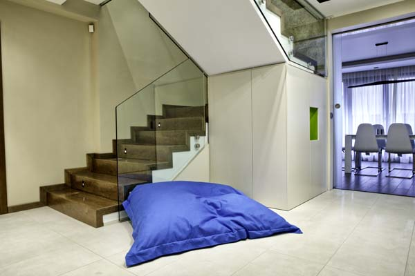 гардероб под стълбата