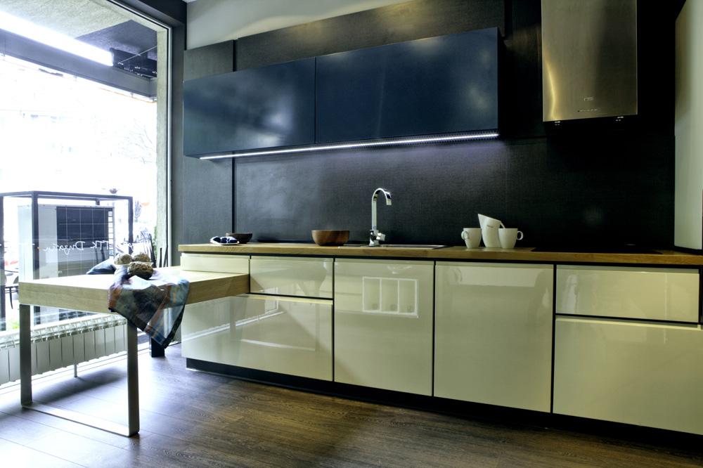 Кухня по поръчка в петролено синьо и ванилия